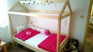 inspirace dětská postýlka ve tvaru domu
