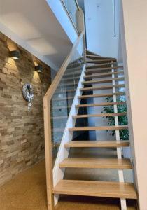 Dřevěné schodiště s proskleným zábradlím