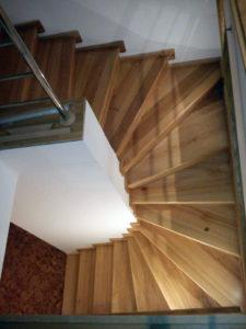 Dřevěné schodiště v polomatné úpravě stupnic