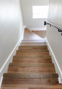 Dřevěné schodiště s drásaným povrchem