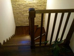 Dřevěné schodiště v masivnim designu