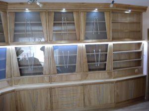 Masivní dubová kuchyně s proskleným úložným prostorem