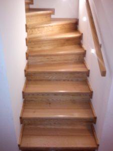 Dřevěné schodiště s lakovaným povrchem