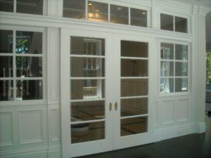 Kuchyně v anglickém stylu s prosklenými dveřmi