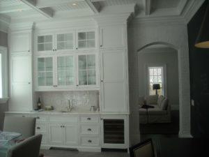 Kuchyně v anglickém stylu s prosklenými skříňkami