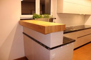 Moderní kuchyně s drásaným porvchem a masivní dubovou barovou deskou