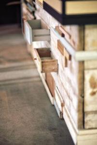 Dřevěný šifonér s mnoha šuplíky
