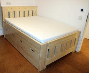 Borovicová masivní postel s úložným prostorem