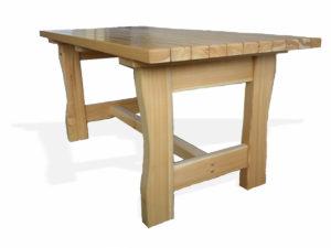 Masivní stůl z borovice s lakovaným povrchem