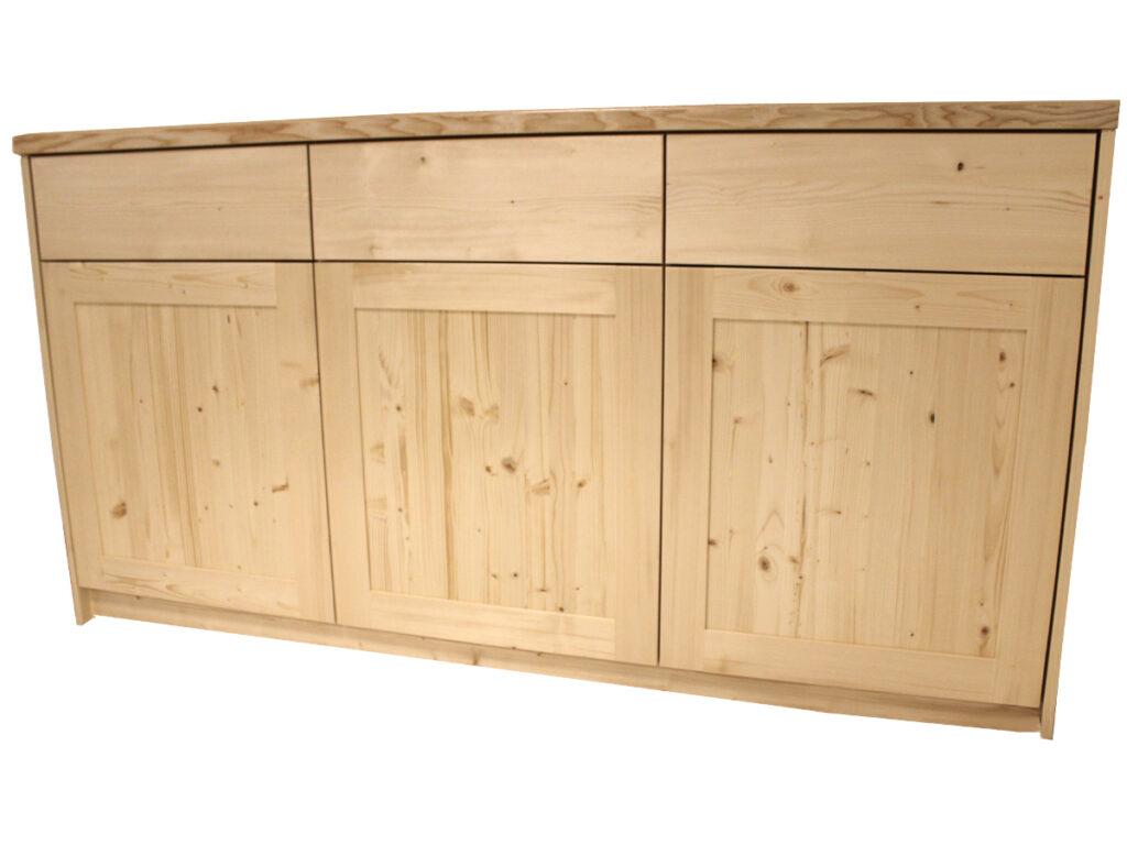 Velká a praktická komoda z klasické smrkové dřeviny doplněná o jasanovou masivní desku, která snese i větší zátěž. Nezaměnitelná kresba a suky potvrzují přírodní původ. Zásuvky a dvířka v plné výbavě s tlumeným dovíráním a tip-on ovládáním.