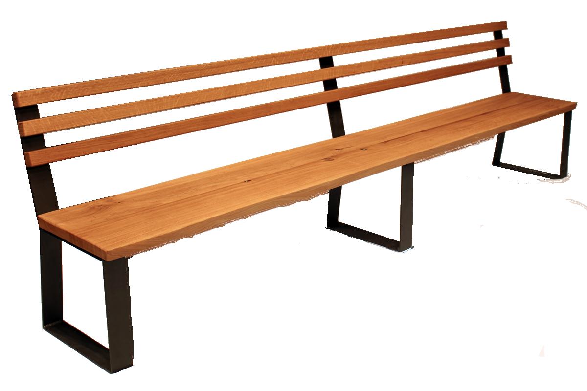 Velká lavice sopěradlem s nepravidelnou hranou a drásaným povrchem pro zdůraznění přírodního charakteru.