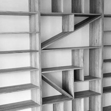 atypická dubová knihovna s mnoha úložnými prostory